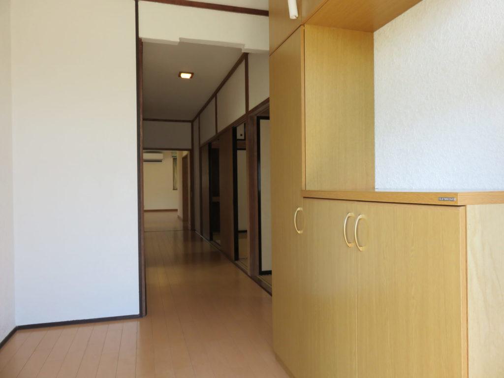 玄関から明るい廊下 H30.10撮影