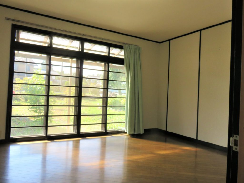 洋室10帖・大きな窓、明るい室内です。 H30.10撮影