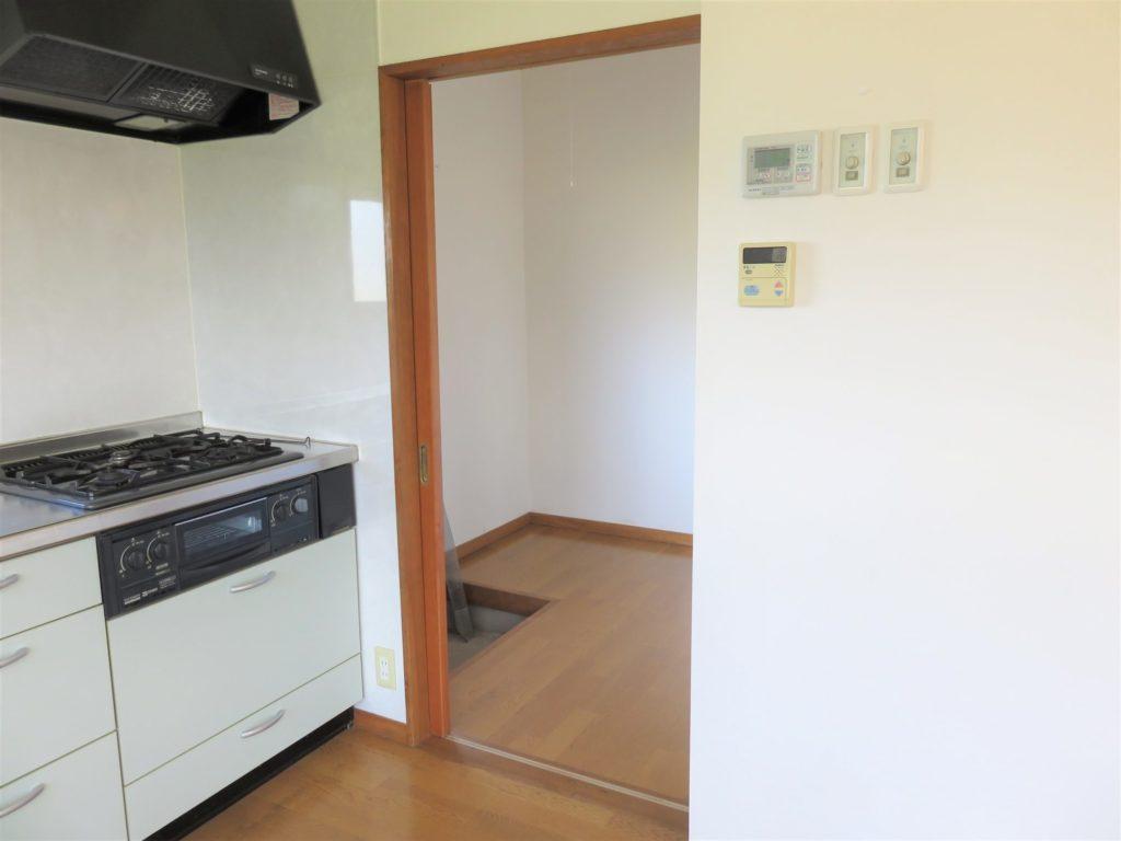 キッチン横の納戸(物置)と勝手口。H30.10撮影